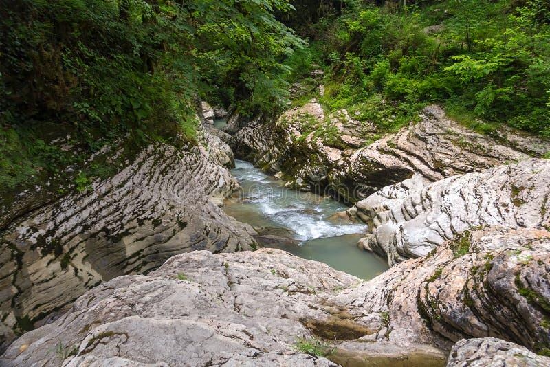 Zaczynać burzowa halna rzeka wśród gładkich lekkich beżowych ścian jar zdjęcie royalty free