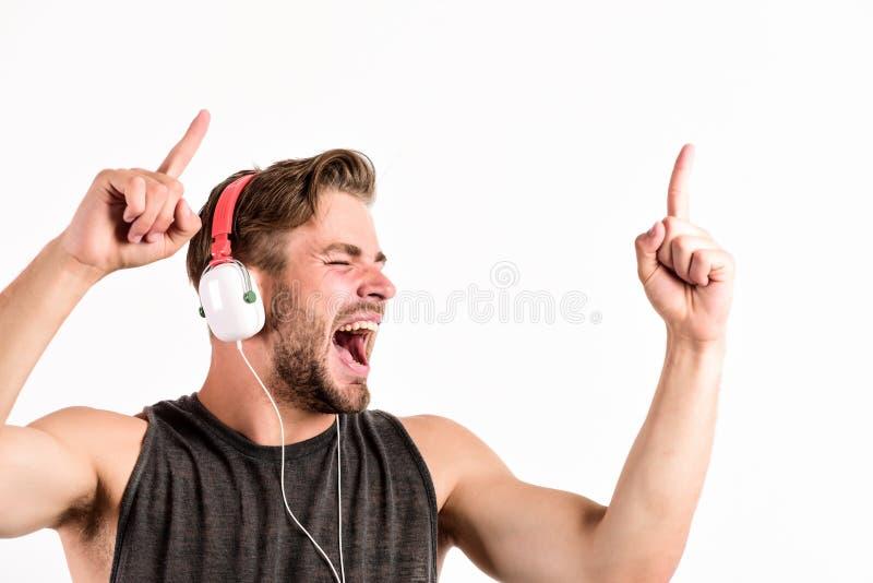 Zaczyna ten przyj?cia Mężczyzna przystojny dj używa nowożytnych hełmofony Fachowy muzykalny oprogramowanie i przyrząda Rozochocon obrazy royalty free