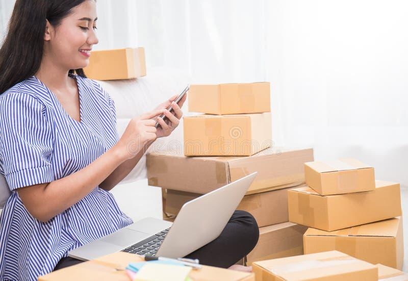 Zaczyna up małego biznesu przedsiębiorcy SME lub freelance kobieta dzwoni telefon komórkowego zdjęcie royalty free