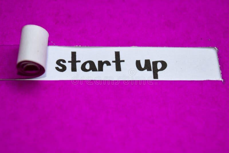 Zaczyna w górę teksta, pojęcia na purpura drzejącym papierze, inspiracji, motywacji i biznesu, obraz stock