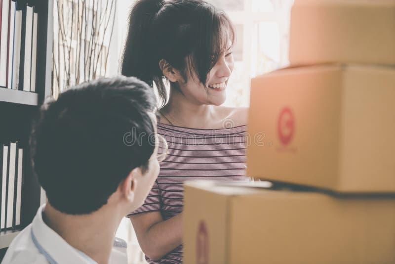 Zaczyna w górę drużyny online detalisty kocowania pudełka wysyłać za cu obrazy stock