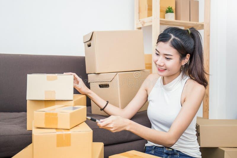Zaczyna w górę małego biznesu przedsiębiorcy SME lub freelance kobiety pracuje z pudełkiem zdjęcie royalty free