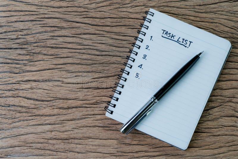 Zadanie lista, zarządzania projektem pojęcie, pióro na białej księgi notepad z ręcznie pisany nagłówkiem jako zadanie lista i lic obraz royalty free