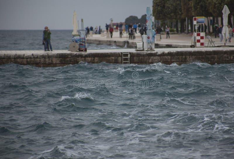 Zadar, Chorwacja, Europa - zmrok, choppy morza obraz stock