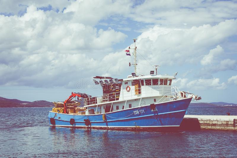 ZADAR, CROACIA - 21 DE ABRIL DE 2019: Barco de pesca azul en Zadar en Croacia imagenes de archivo