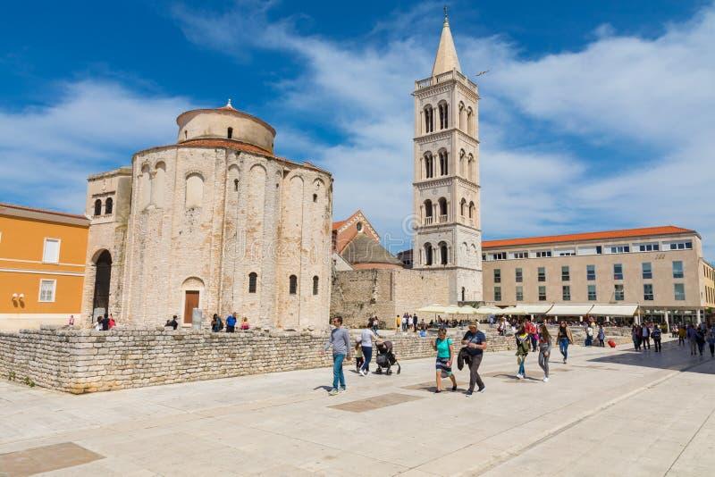 ZADAR, CROACIA - 21 DE ABRIL DE 2019: Iglesia de St Donatus en Zadar Centro histórico de la ciudad croata de Zadar en el mediterr imágenes de archivo libres de regalías