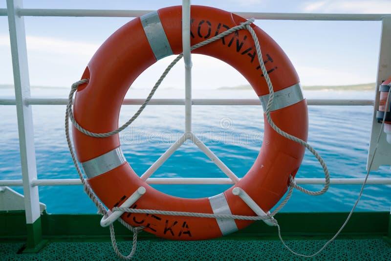 Zadar, Croacia - 20 de julio de 2016: salvavidas en el transbordador Kornati - el transbordador de Jadrolinija fotos de archivo libres de regalías