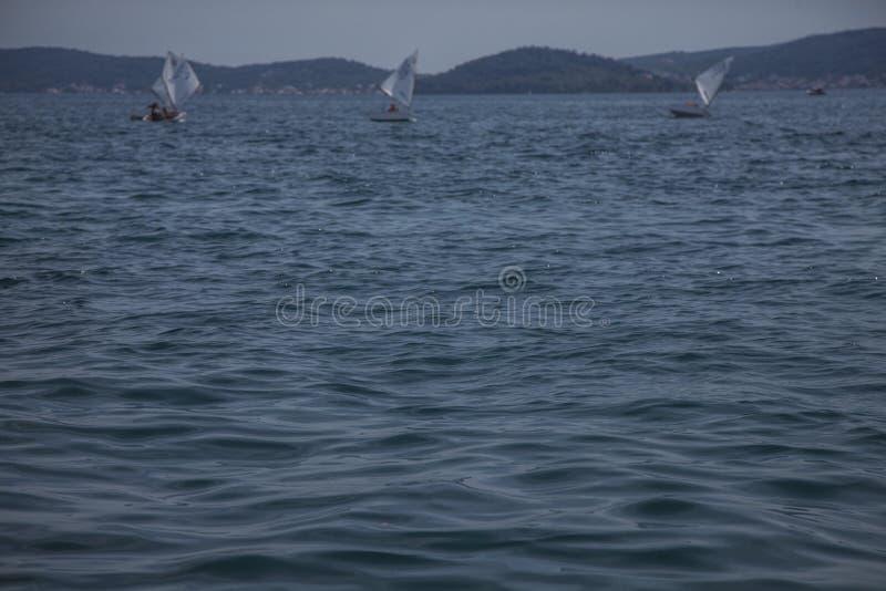 Zadar, Croacia - mar azul y algunos botes pequeños; un día soleado fotos de archivo