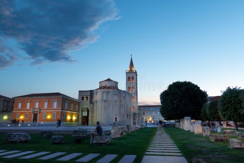 Zadar, Kroatien bei Sonnenuntergang mit der alten Kirche von St. Donat und antikes römisches Quadrat stockfotografie