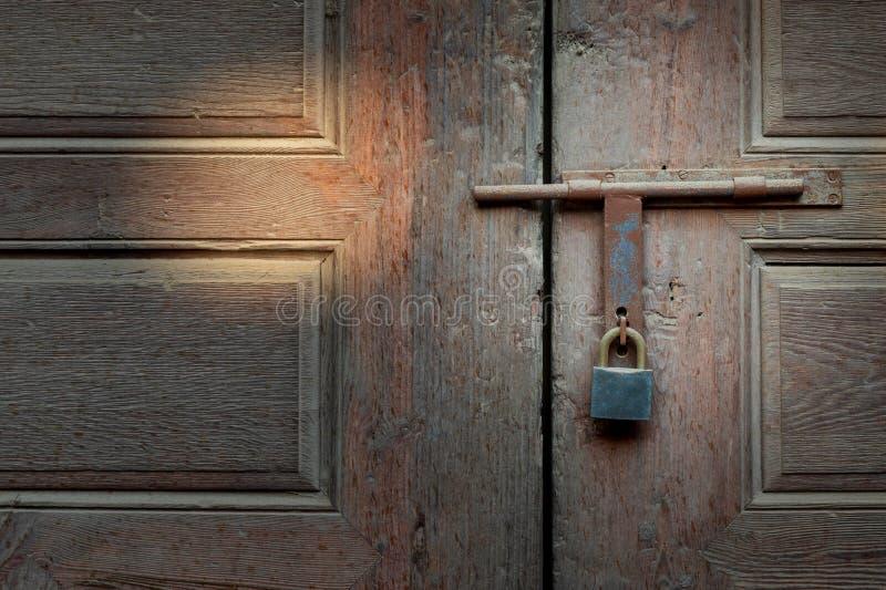 Zadaszony metalowy zamek i zamek na drewnianych drzwiach obrazy stock