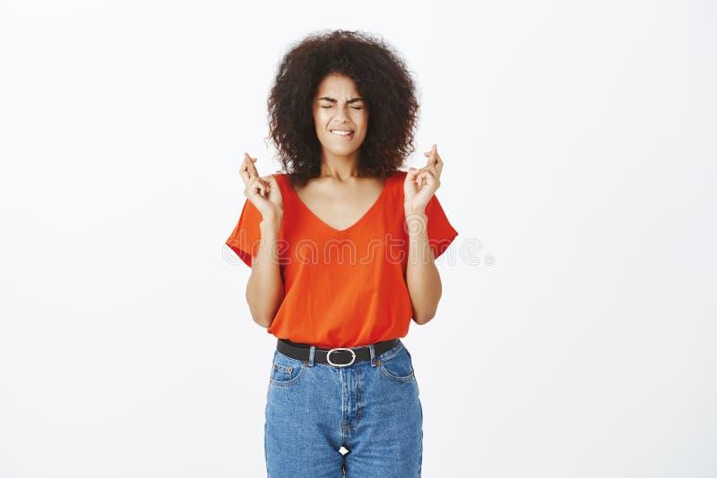 Zadawala bóg pomoc i słucha modlitwy Portret zmartwiona atrakcyjna afroamerykańska kobieta z kędzierzawym włosy, zamyka ono przyg obrazy stock
