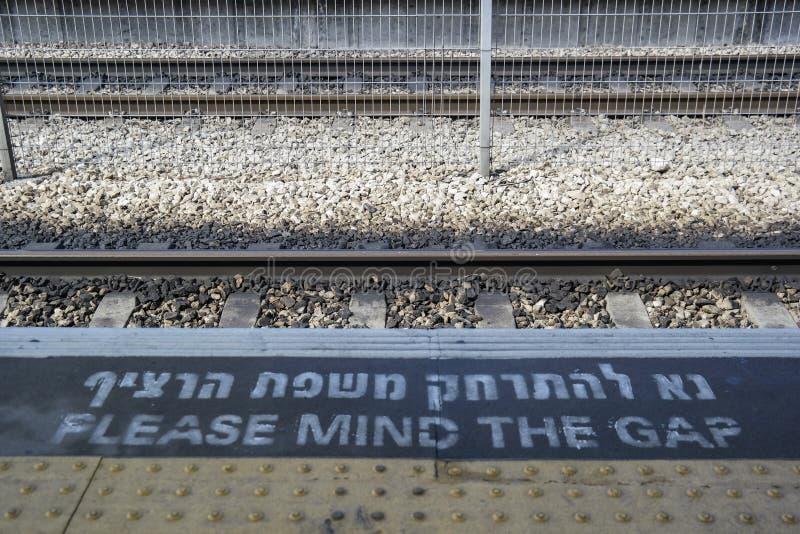 ` Zadawala umysł przy dworzec estradową krawędzią przerwy ` znak ostrzegawczy zdjęcia stock