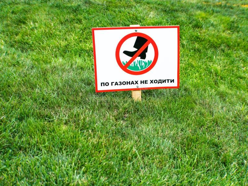 Zadawala utrzymanie z trawy podpisywać wewnątrz ukraińskiego języka zdjęcie stock