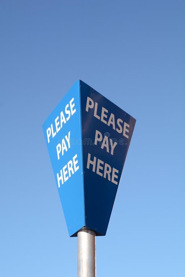 Zadawala wynagrodzenie Tutaj podpisuje wewnątrz parking samochodowego zdjęcia royalty free