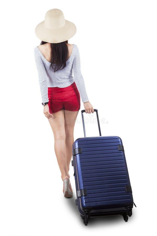 Zadek żeńska turystyczna ciągnięcie walizka zdjęcia stock