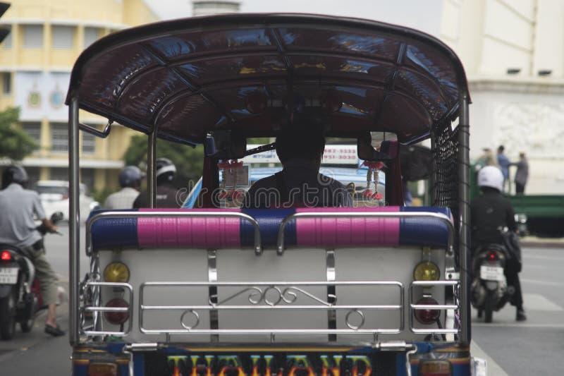 Zadek Thailand hulajnoga samochodowa jazda na Bangkok ulicie, tradycyjny samochód w Thailand, ja jest wywoławczym TUKIEM TUK obraz royalty free