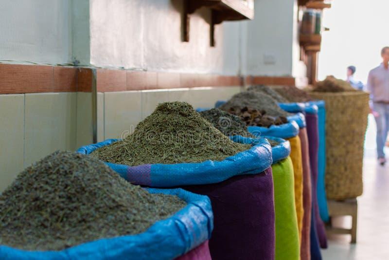 Zaden en kruiden in canvaszakken bij de traditionele soukmarkt in medina of de oude stad van Marrakech, Marokko stock foto's