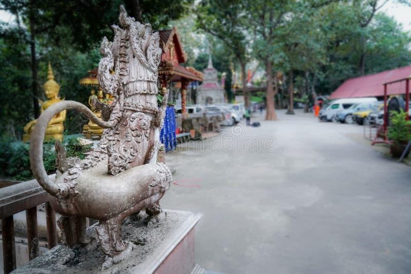 zadka Azja lwa statuy antyczna kamienna pozycja na kroku obraz royalty free