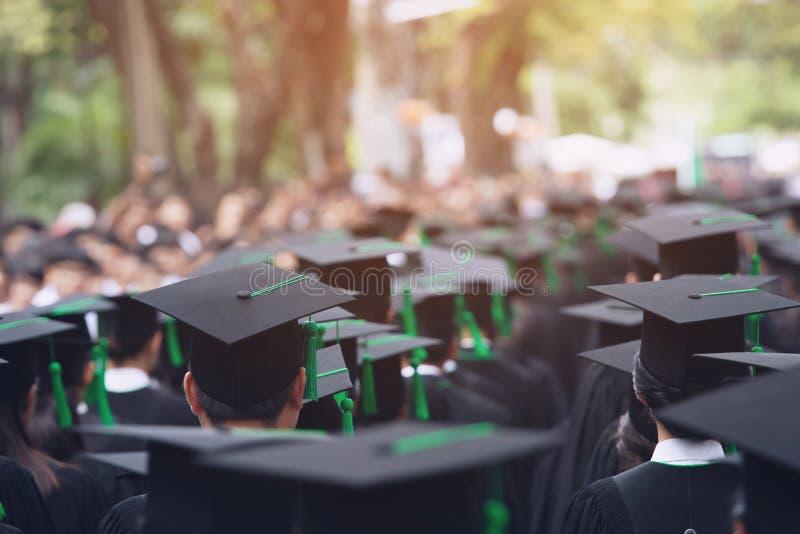 Zadka skalowania kapelusze podczas pocz?tku sukcesu absolwent?w uniwersytet, poj?cie edukacji gratulacje Skalowanie Cer zdjęcie stock