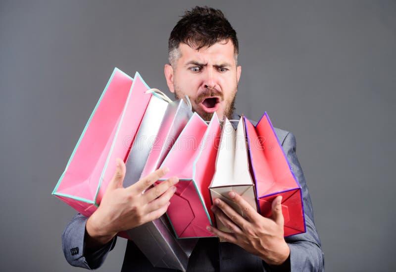 Zadowalająca zakupy wycieczka turysyczna Wyłączna handlowa oferta Mężczyzny biznesmena brodaty klient niesie wiele torby na zakup obrazy stock