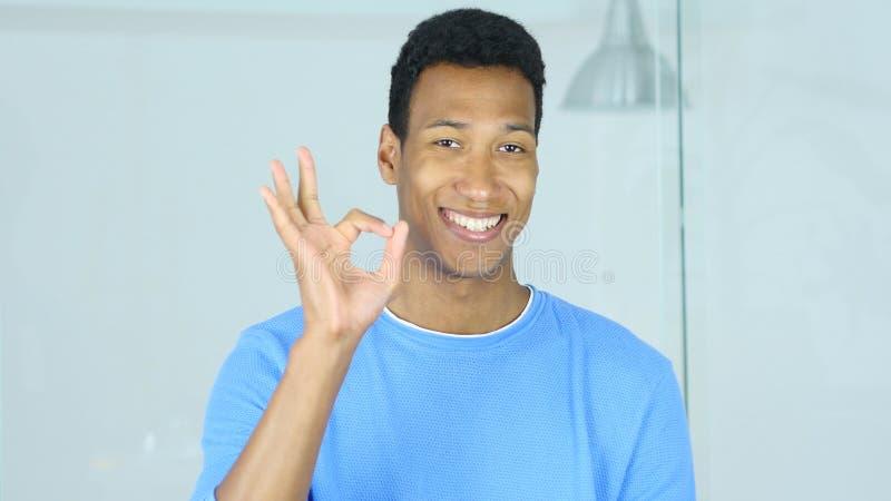 Zadowalający znak amerykanina mężczyzna zdjęcie royalty free