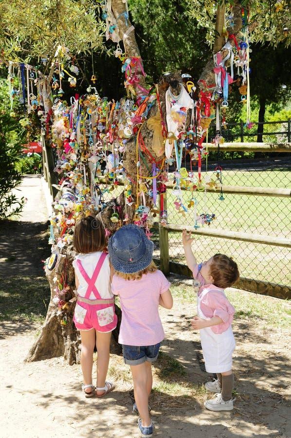 Zadowoleni dzieciaki przed Kolorowymi pacyfikatorami obrazy stock