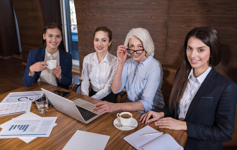 Zadowoleni koledzy pozuje po pracy zdjęcie stock