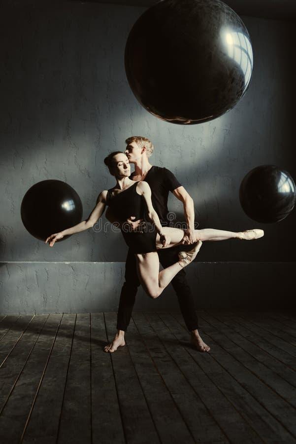 Zadowoleni przyjemni baletniczy tancerze wykonuje w studiu obrazy royalty free