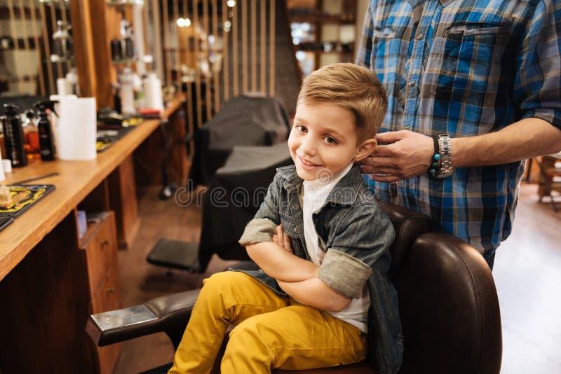 Zadowolona ładna chłopiec składa jego ręki zdjęcia stock