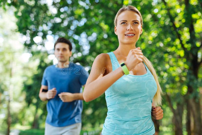 Zadowolona ładna kobieta jogging w ranku zdjęcia stock