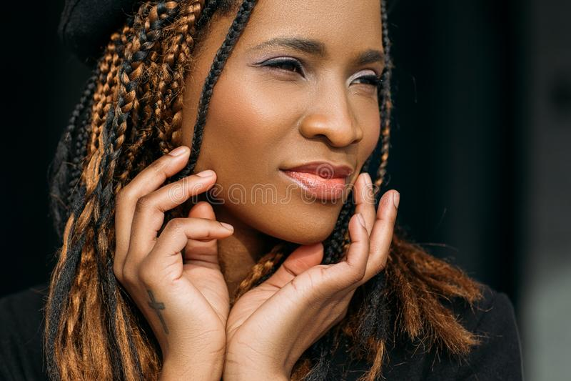Zadowolona amerykanin afrykańskiego pochodzenia młoda kobieta zdjęcia stock