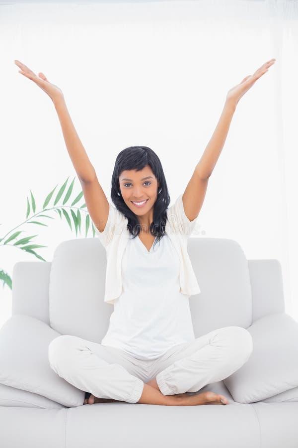 Zadowolona czarna z włosami kobieta podnosi ona w biel ubraniach ręki obrazy royalty free