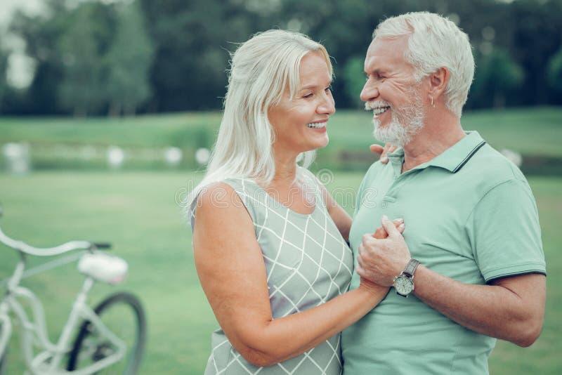 Zadowolona dobra patrzeje starzejąca się para stoi wpólnie obraz royalty free