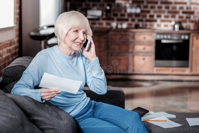 Zadowolona dojrzała kobieta ma pozytywną rozmowę obrazy royalty free