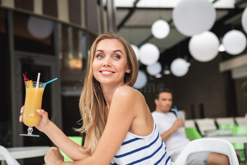 Zadowolona kobieta ma napój w kawiarni zdjęcie stock