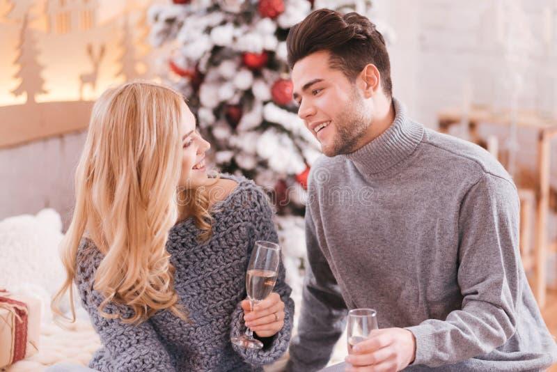 Zadowolona potomstwo para świętuje nowy rok wigilię zdjęcia royalty free