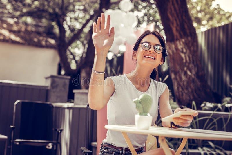 Zadowolona przyjemna kobieta robi dziurę jej rękę w górę obraz royalty free
