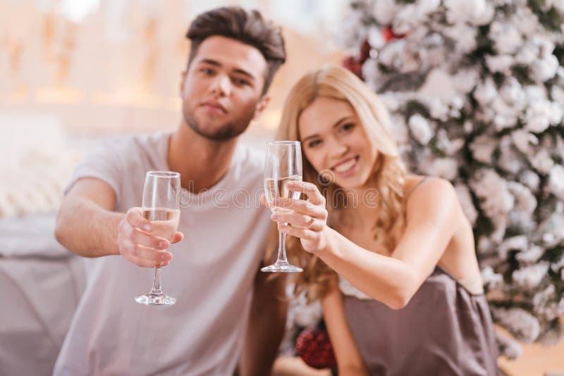 Zadowolona radosna para trzyma szkła szampan obraz stock