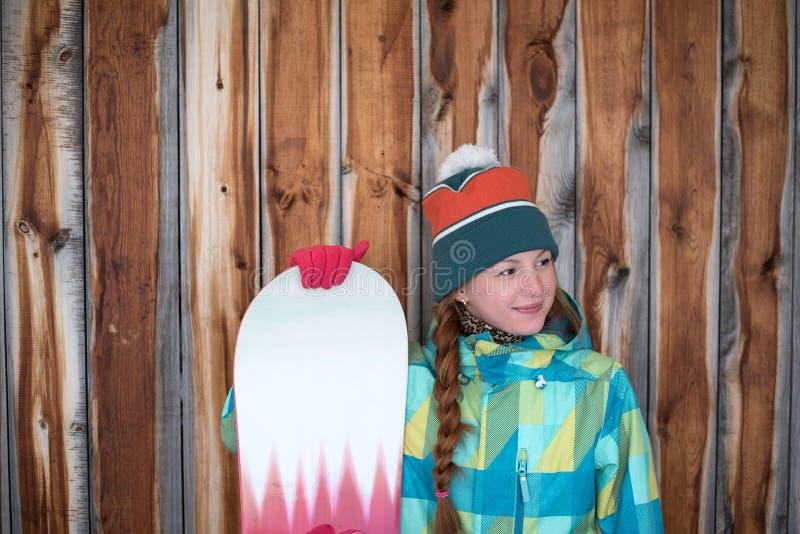 Zadowolona sportive dziewczyna z snowboard obraz royalty free