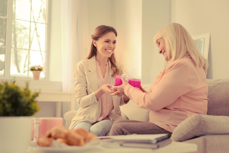 Zadowolona starsza kobieta bierze prezenta pudełko obraz stock