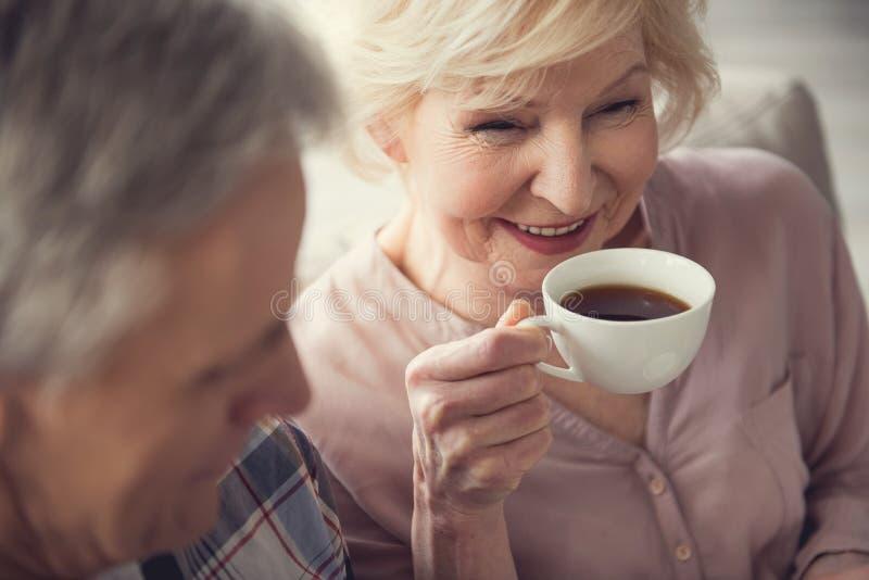 Zadowolona starsza kobieta pije herbaty obrazy royalty free