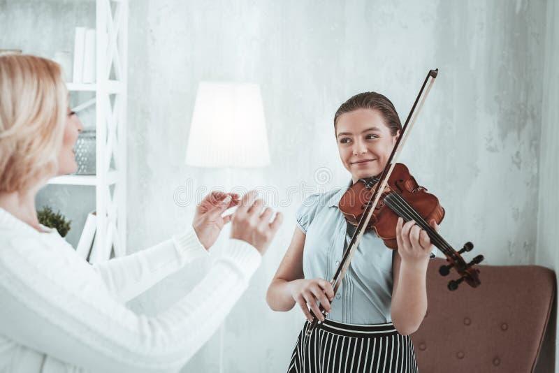 Zadowolona szczęśliwa dziewczyna ma skrzypcową lekcję zdjęcia stock