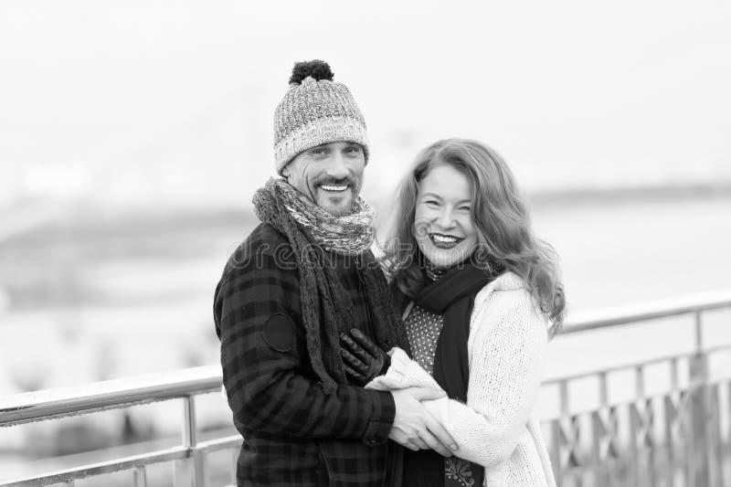 Zadowolona w średnim wieku para wyraża szczęście zdjęcia royalty free