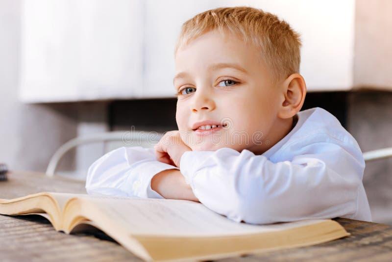 Zadowolony ładny chłopiec ono uśmiecha się obrazy royalty free
