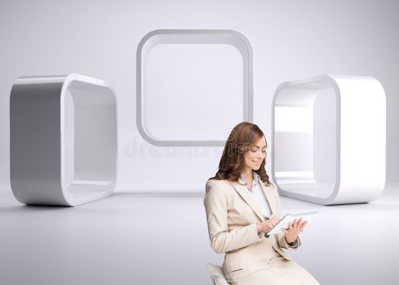 Zadowolony bizneswoman używa pastylka komputer osobistego siedzi na prętowym krześle obraz royalty free
