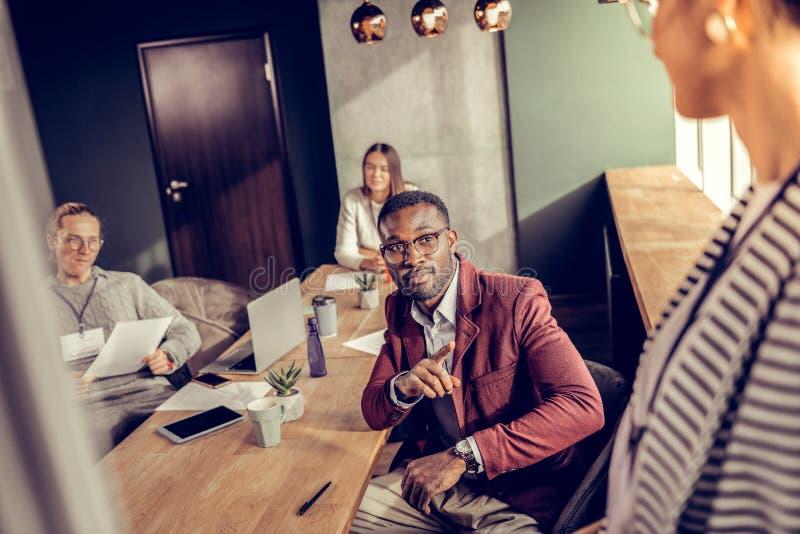 Zadowolony ciemnoskóry mężczyzna opowiada jego partner obrazy stock