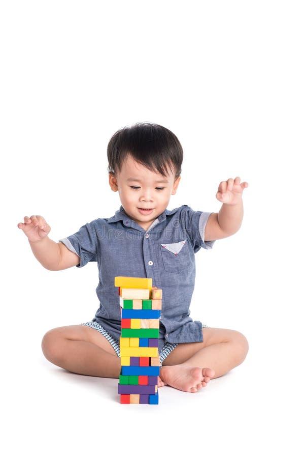 Zadowolony dzieciak bawić się zabawka bloki odizolowywających zdjęcia royalty free