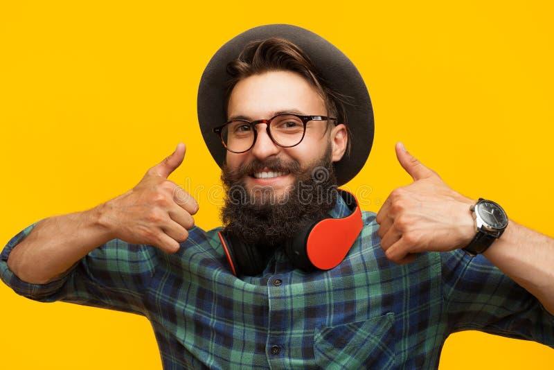 Zadowolony mężczyzna gestykuluje w studiu fotografia stock