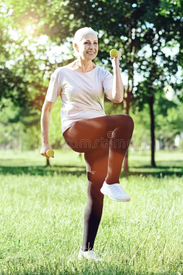 Zadowolony pozytywny emeryt jest aktywny przy jej szkoleniem zdjęcia stock