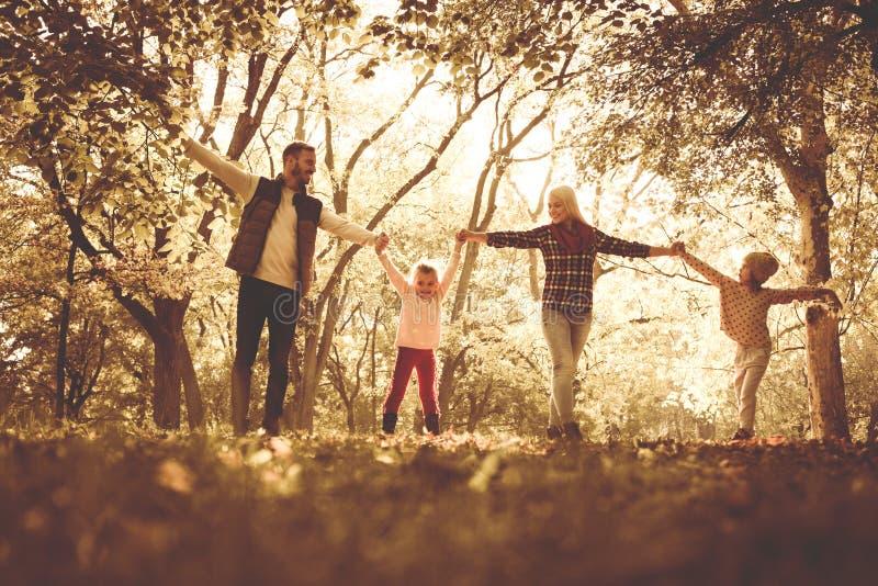 Zadowolony rodzinny cieszyć się w parku zdjęcie stock